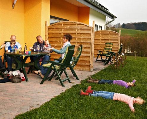Gäste auf Terrasse Wohnungen Hedwig und Hubert