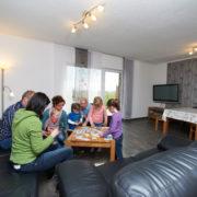 Gäste beim Spielen im Wohnzimmer der Ferienwohnung Hedwig oder Hubert