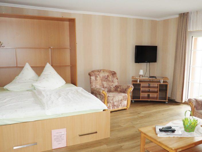 Wohnung Gredi Wohnzimmer mit Schrankbett