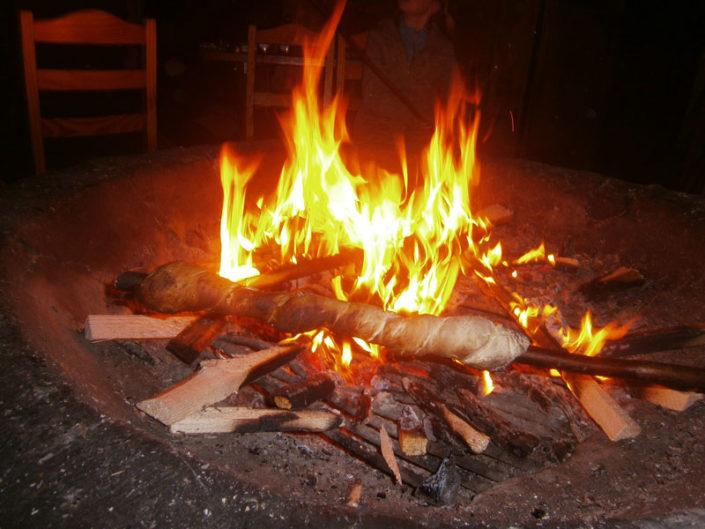 Knuspriges Stockbrot über dem Feuer in der Grillhütte