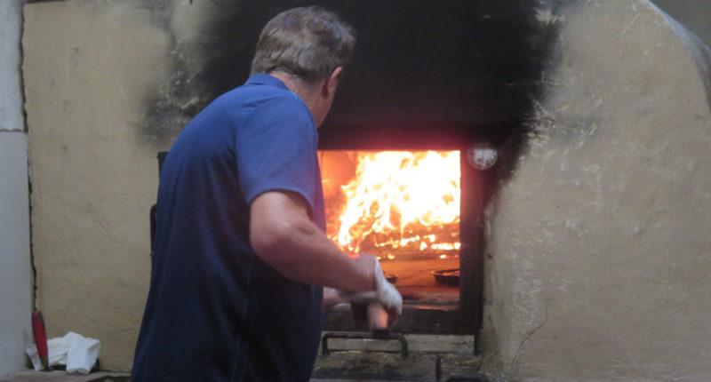 Die Pizza wird im heißen Steinbackofen knusprig gebacken