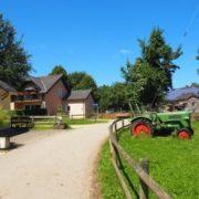 Einfahrt zum Ferienhof mit Blick auf den Spieltraktor Fendt