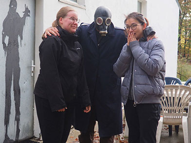 Dr. Stahl begrüßt die Damen vor dem Escape Room
