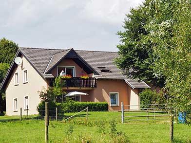 Blick von der Pferdekoppel zum Haus des Feinen Ausblicks
