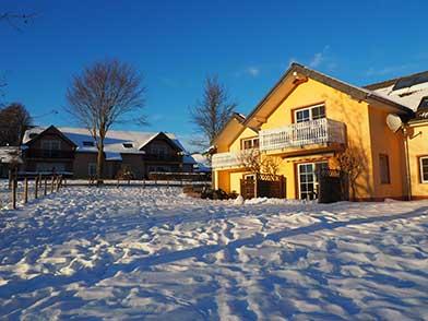 Terrasse und Balkon vom Haus am Reitplatz des Ferienhof Feinen im Schnee