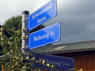 Hinweisschilder zu Schwimmbad Sauna und Wohnungen