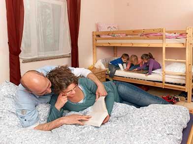 Familie beim relaxen im Kinderzimmer der Ferienwohnung Hedwig oder Hubert