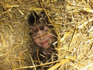Mädchen versteckt im Stroh