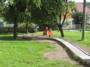 Kids bei der Kistenrollbahn draußen