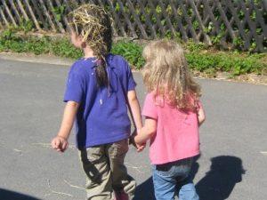 Kinder auf dem Nachhauseweg vom Spielen in der Scheune