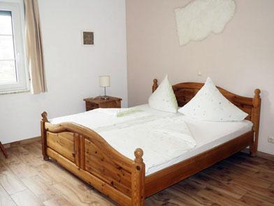 Schlafzimmer mit Doppelbett in Wohnung 9
