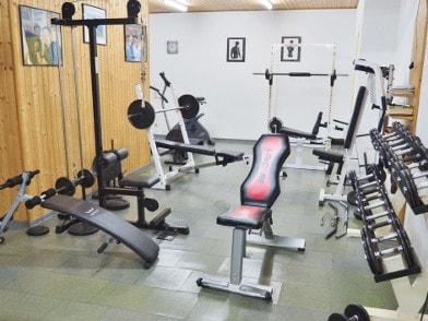 Kraftbereich im Fitnessraum