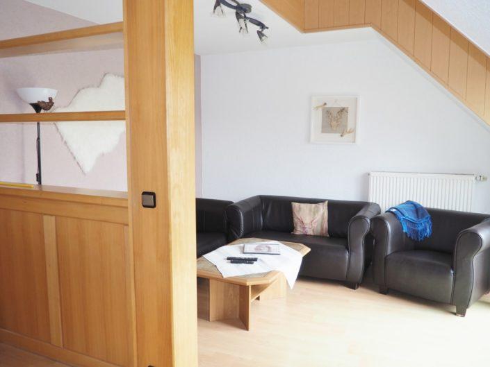 Sofa im Wohnzimmer der Wohnung 8
