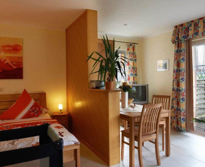 Ess- und Schlafbereich im Appartement 13