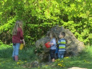 Kinder beim Spielen im Bachlauf