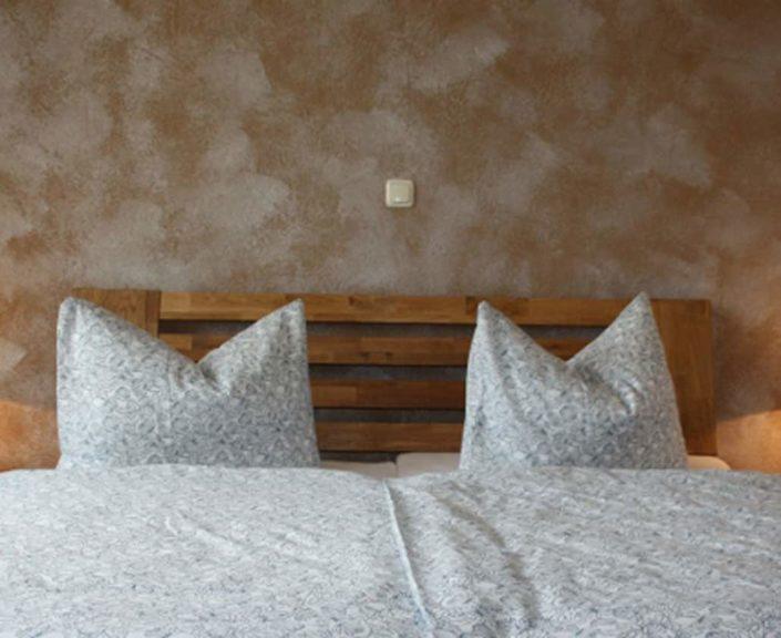 Doppelbett im Elternzimmer der Ferienwohnungen Hedwig und Hubert