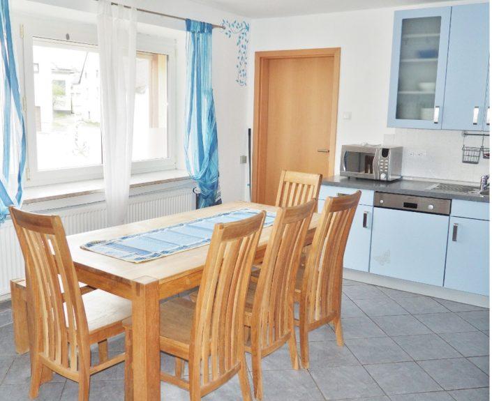 Küche mit Esstisch im Ferienhaus Wiesengrund