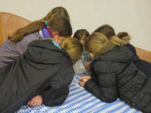 Kinder beim rätseln für das Krimiwochenende