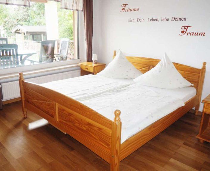 Doppelbett des Schlafzimmers der Ferienwohnung Valentin 1