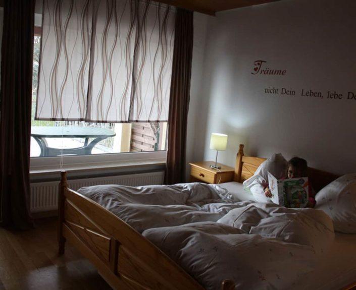 Kind im Bett des Schlafzimmers