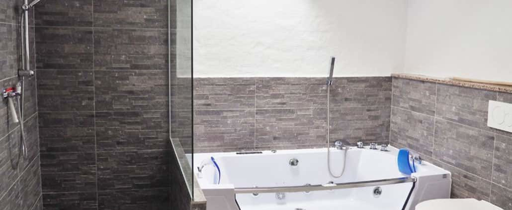 Badezimmer mit Dusche und Badewanne Haus 1