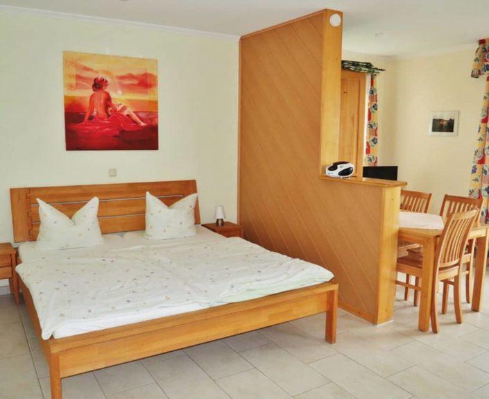 Schlaf- und Essbereich im Appartement 13