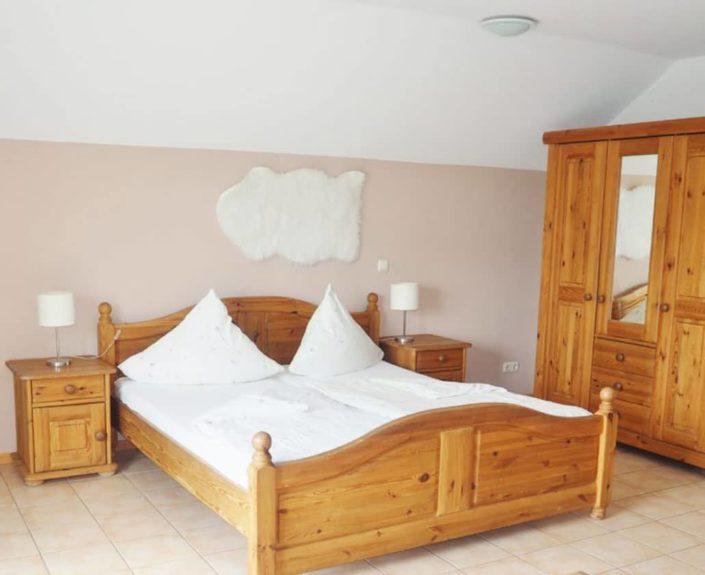 Doppelbett im Wohn-Schlafbereich des Appartement 14