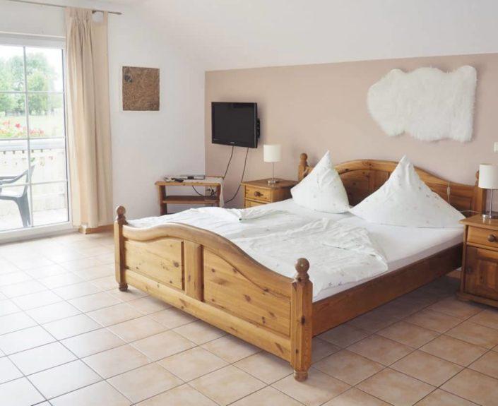 Doppelbett im Wohn-Schlafraum des Appartement 14