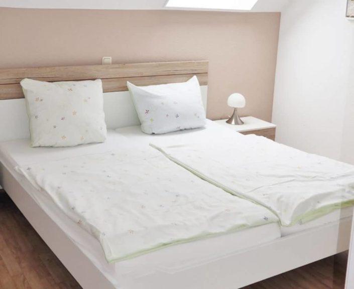 Schlafzimmer mit Doppelbett in der Ferienwohnung 7