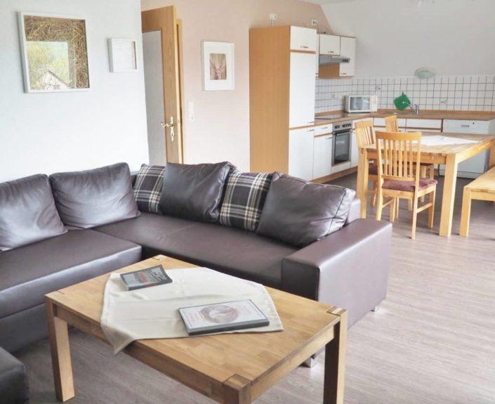 Wohn-Essbereich mit Küche in der Ferienwohnung 7