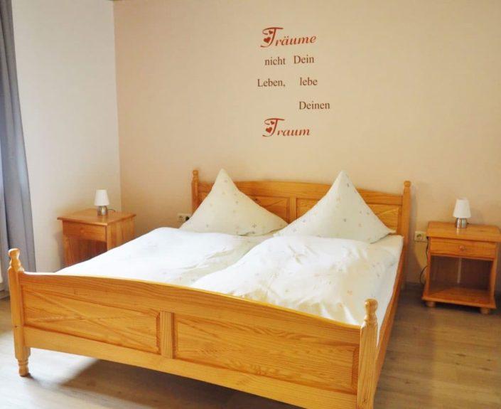 Schlafzimmer mit Doppebett der Ferienwohnung Valentin 2
