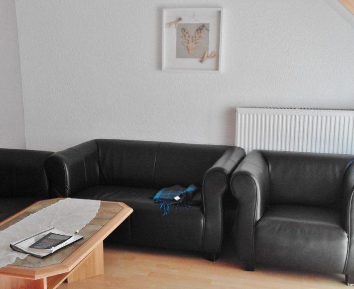 Sessel im Wohnzimmer der Wohnung 8