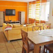 Wohnzimmer mit Esstisch im Ferienhaus Wiesengrund