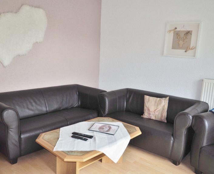 Sofa im Wohnzimmer der Ferienwohnung 8