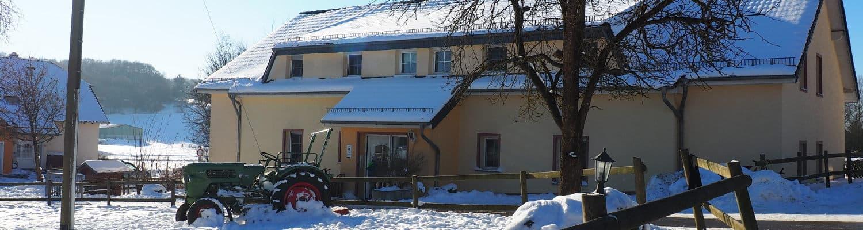 Aussenansicht einer Ferienwohnung im Schnee